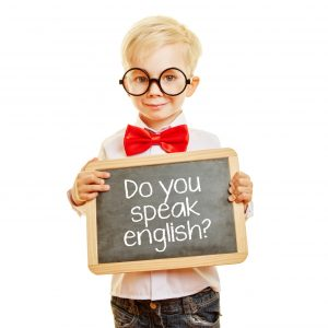 "Kind fragt auf einer Tafel ""Do you speak english?"""